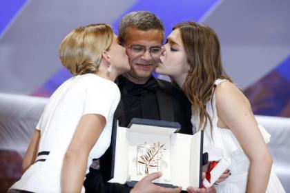 Léa Seydoux, Abdellatif Kechiche, Adèle Exarchopoulos et la Palme d'Or.       Photo : D.R.