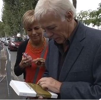 Séance de dédicace improvisée pour Guy Bedos, au Festival du Livre de Mouans-Sartoux 2013, en compagnie de Marie-Louise Gourdon, commissaire du festival. (Crédit photo : D.R.)