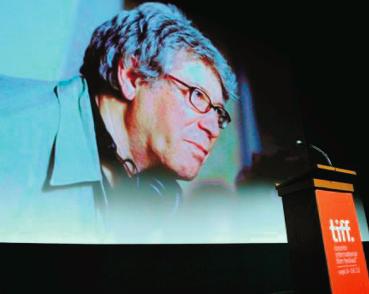 Portrait de Claude Miller projeté lors de la première de Thérèse Desqueyroux au festival du film de Toronto (Canada), en 2012 (Getty images/AFP/Archives)