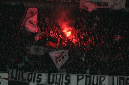 Les ultras défendent le droit d'utiliser des fumigènes et de porter leurs couleurs en déplacement. (Crédit photo : Nicolas Richen)
