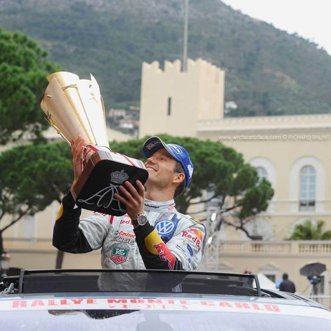 Ogier soulève son trophée. Il vient de remporter le Monte-Carlo. (Crédit photo : D.R.)