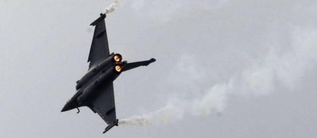 Le ministre français de la Défense, Jean-Yves Le Drian, a officialisé vendredi à Mérignac (Gironde) le contrat passé par l'Etat à Dassault Aviation, d'une valeur estimée à un milliard d'euros, pour faire évoluer l'avion de combat Rafale. (Source : D.R)