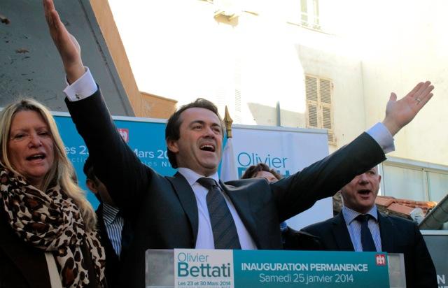 Olivier Bettati et ses collaborateurs saluent les supporters présents lors de l'inauguration de la permanence le 25 janvier (Crédit photo : Soraya Bezombes)