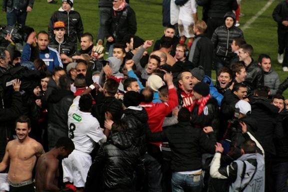 Les joueurs cannois savourent ce moment d'exception avec leurs supporters. (Crédit photo : Nicolas Richen)