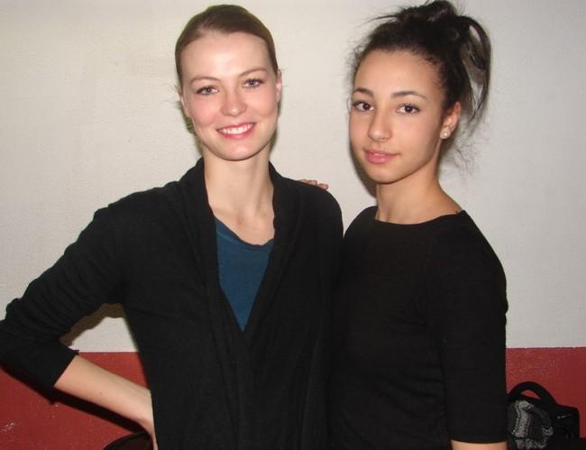 Lyssandra et Hind dans les coulisses du spectacle ». (Crédit Photo : Suzanne Shojaei)