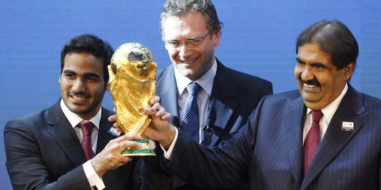 Jérôme Valcke (au centre), ici avec Mohamed Bin Hamad Al-Thani et Hamad Bin Khalifa Al-Thani, membres du comité du Qatar a pris sa décision. (Photo : AP/Anja Niedringhaus)