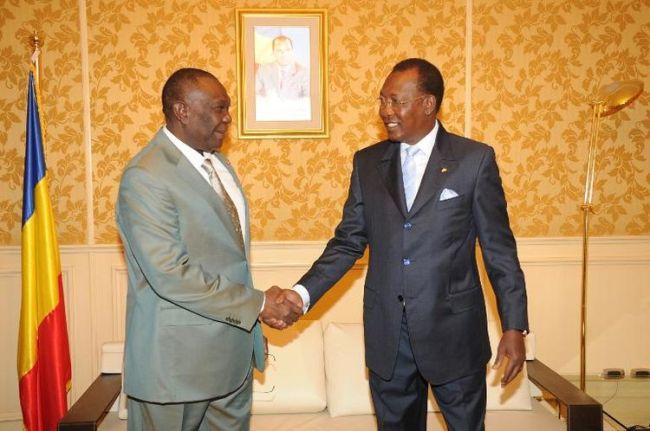 Le président centrafricain déchu, Michel Djotodia (à gauche) sert la main de son homologue tchadien, Idriss Deby à N'Djamena. (AFP)