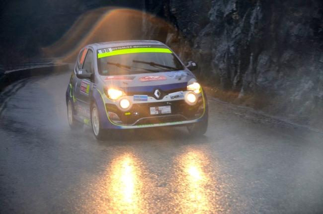 Sous des trombes d'eau, le Rallye de Monte-Carlo s'est montré capricieux. Ici Une renault twingo WRC aborde une courbe difficile. (Crédit photo : Jérémy Satis)