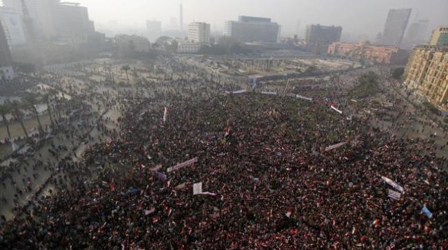 Des Egyptiens rassemblés Place Tahrir pour afficher leur soutien à l'armée, le samedi 25 janvier. (Crédit photo : Mohamed Abd El Ghany / Reuters / X02738)