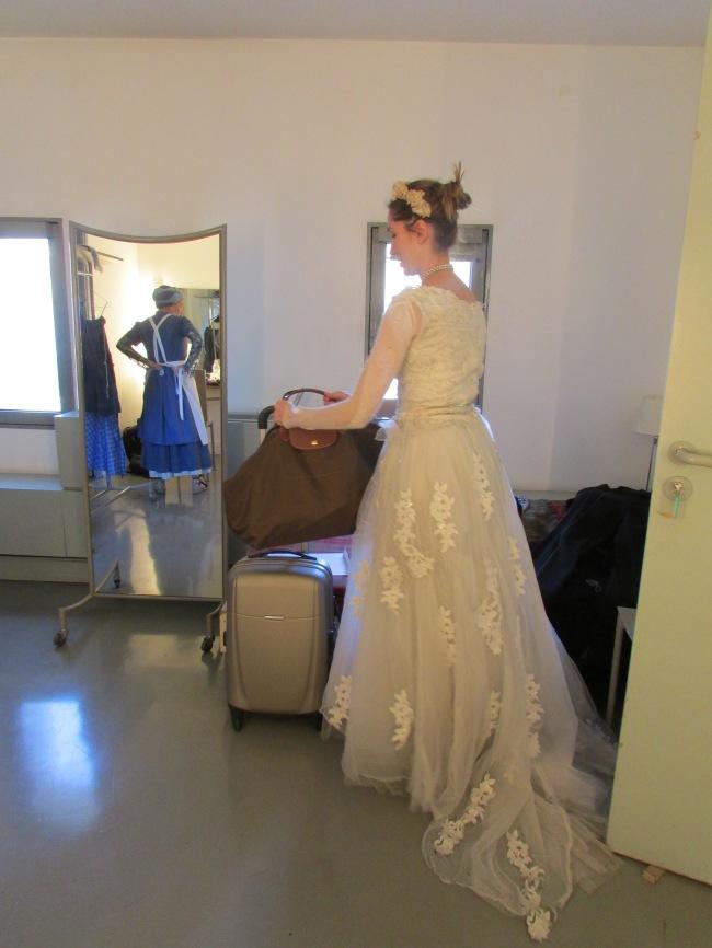 Nathalie Bigorre se vêt de son costume de servante (à gauche) alors que Lisa Martino est déjà prête, habillée de sa robe de reine Marie. (Crédit photo : Camille Degano)