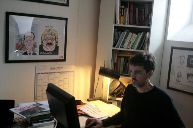 M. Gairaud est à l'œuvre dans la salle de rédaction du Ravi. (Crédit photo : Nicolas Richen)