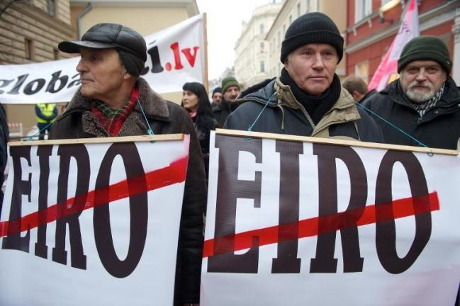 Une majorité de Lettons refuse d'adhérer à la zone euro, alors que le pays a adopté depuis le 1er janvier la monnaie unique. (Ilmars Znotins/AFP)