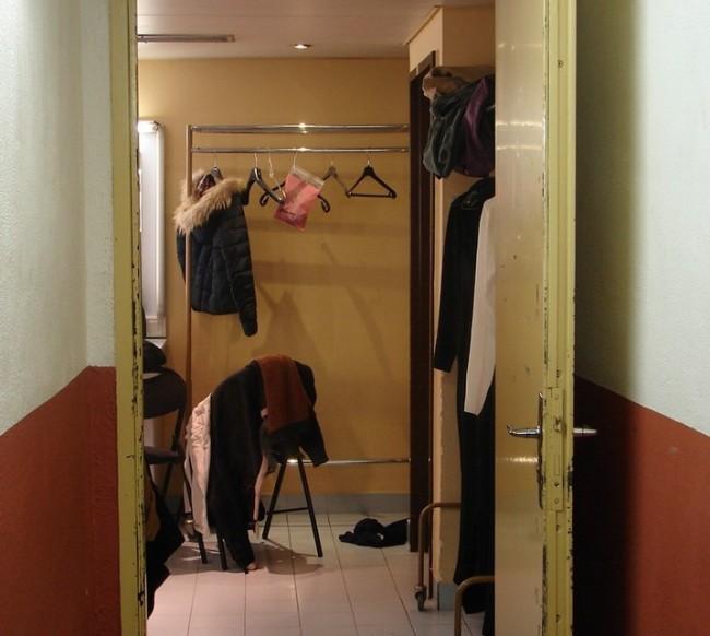 L'heure approche, les danseurs se retrouvent dans les loges. » (Crédit photo : D.R.)