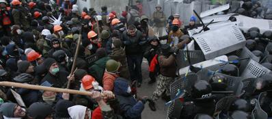 Kiev, affrontements, police, manifestants, manifestations, violences, casques, masques, protestation, militants. (Crédit photo : REUTERS.)