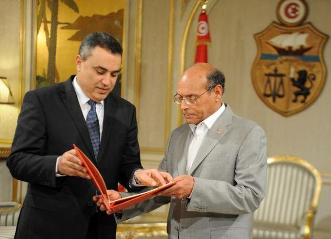 Le premier ministre Jomaa dévoile sa liste au Président Marzouki. (Crédit photo : Fethi Belaid / AFP)