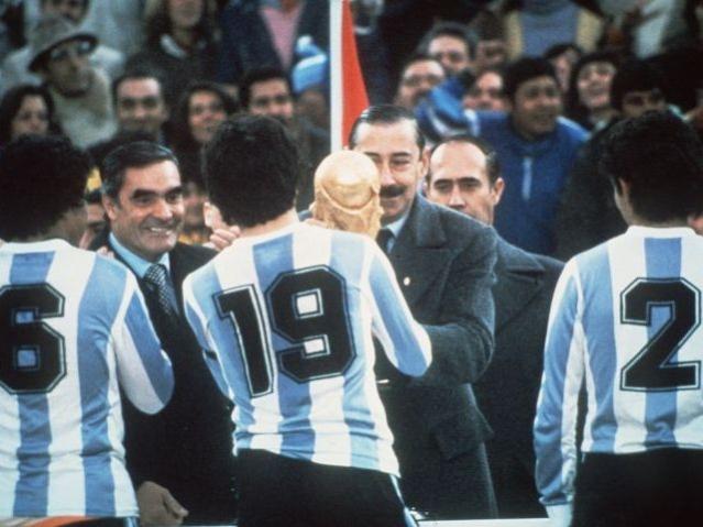 Videla remet au capitaine argentin le trophée de champion du monde en 1978. (Crédit photo : D.R.)