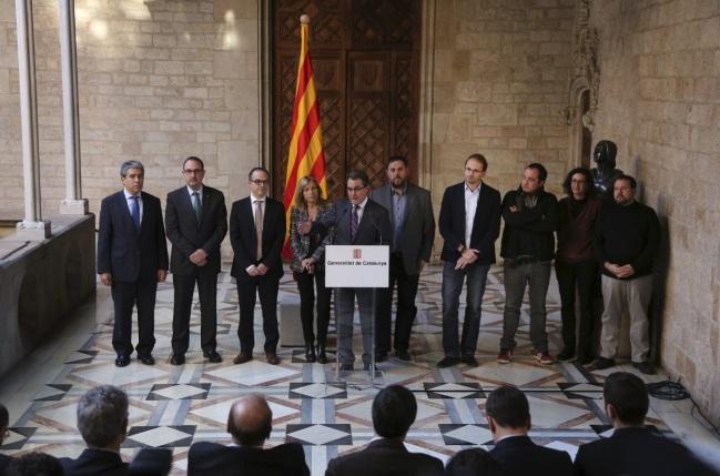 Artur Mas et les représentants des autres partis politiques favorables au ''droit à décider'' rendent publiques la question du référendum et sa date. (crédit photo : D.R.)