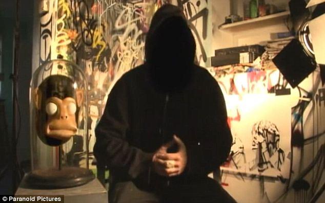 Banksy, visage masqué dans son documentaire «Faites le mur». (Crédit photo : Paranoid photo)