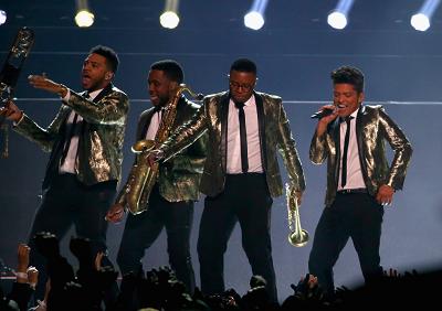 Bruno Mars et ses musiciens ont assuré le traditionnel spectacle à la mi-temps (Crédit Photo : Larry Busacca/Getty)