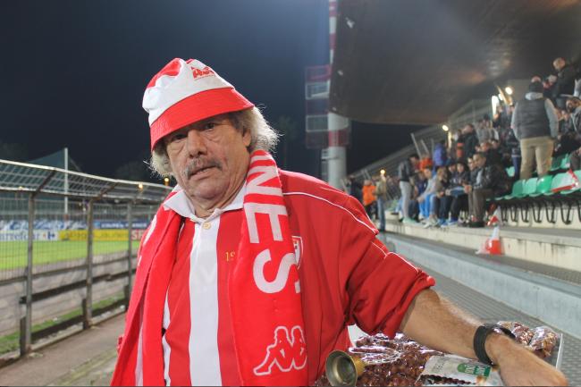 Un emblématique supporter cannois, qui vend des friandises pendant la rencontre. (Crédit photo : Loïc Masson).