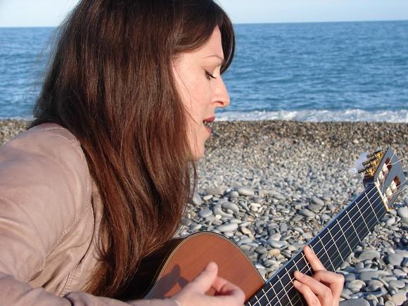 Sur la plage de Biot, Clarcèn interprète « A l'arraché », un titre qui ne fait pas partie de son EP. (Crédit photo : S.Shojaei)