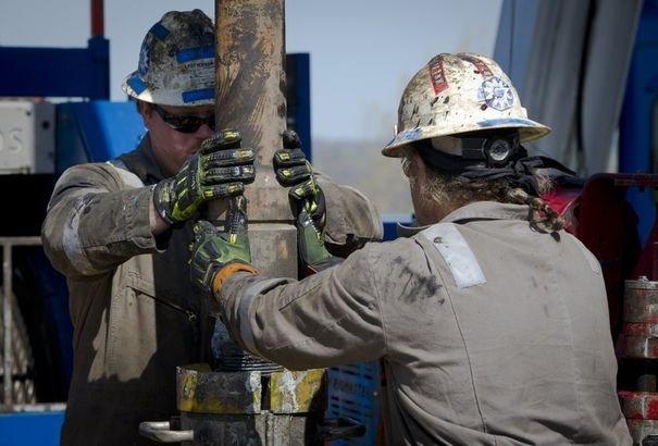 Deux ouvriers qui extraient le gaz de schiste. Crédit : AFP Mladen Antonov
