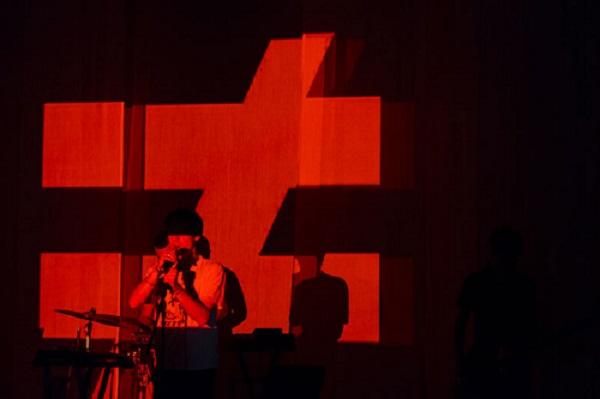 Fauve en concert. Son symbole est le égal barré, qui signifie « différent de ». (Crédit photo :D.R.)