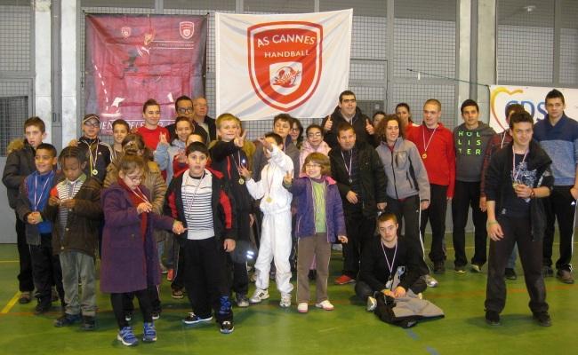 Les enfants posent fièrement avec leur médaille à la fin de la journée (photo : Manon David).