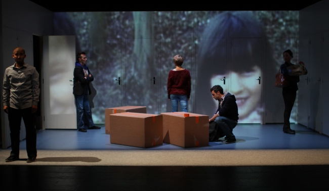 La vidéo fait partie intégrante de la mise en scène de Cécile Backès. (Crédit photo : Thomas Faverjon)