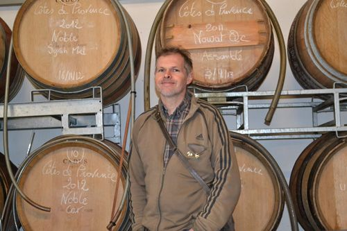 Laurent Barrera devant ses fûts de la cuvée Côtes-de-Provence rouge « NOWAT »             (Crédit photo: Aurélie DL)