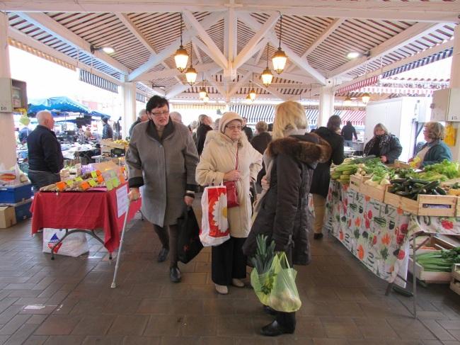 Le marché est l'occasion de faire ses courses et surtout de papoter (Crédit photo : Camille Degano)