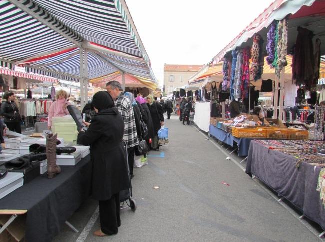 Le marché de la Bocca attire les visiteurs par ses prix bas (Crédit photo : Camille Degano)