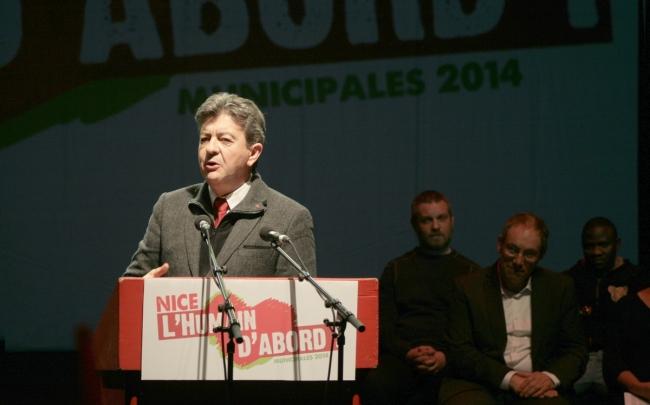 Dans l'ombre, la tête de liste Robert Injey (1er rang, à droite) scrute le coprésident du Parti de gauche. (Crédit Photo : Nicolas Richen)
