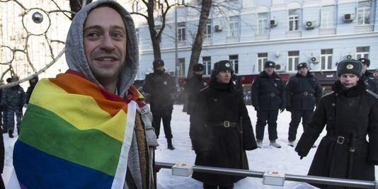 Un militant pour les droits homosexuels à Moscou le 19 janvier 2014. (Crédit photo : AP/ALEXANDER ZEMLIANICHENKO)