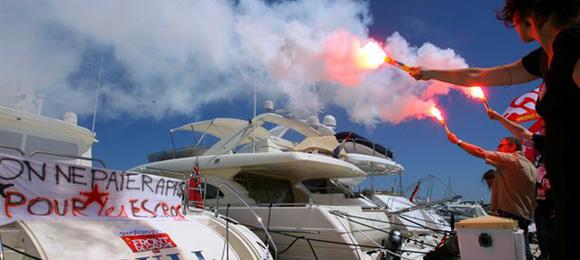 « Action coup de poing sur ce yacht de Madoff par des militants Front de Gauche à Juan-Les-Pins »/ D.R