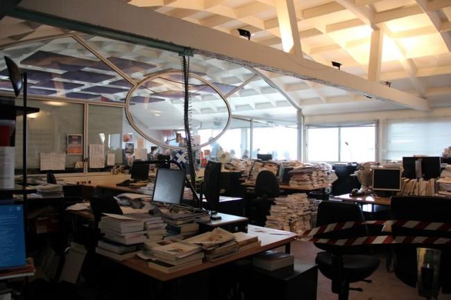 Les bureaux des journalistes débordent de livres et de papiers, dans un agréable bazar artistique (Crédits : E.Patricio)