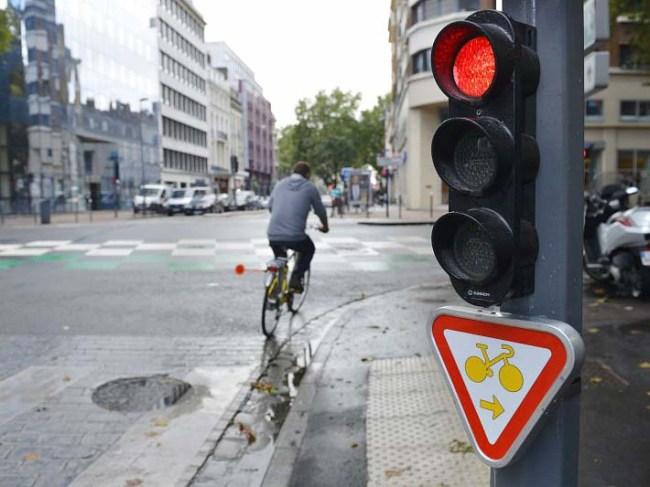 Plusieurs villes de France ont déjà vu apparaître ce nouveau panneau. Il permet aux cyclistes de passer au rouge en suivant le sens de la flèche et en cédant le passage. Crédit Photo : Lille Métropole.