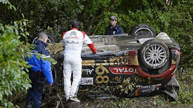 Cette image restera la dernière de Sébastien Loeb en WRC. L'alsacien sur ses terres a été victime d'une sortie de route. Comme un symbole de passation de pouvoir, c'est Sébastien Ogier qui a remporté ce rallye. (Crédit photo : D.R.)