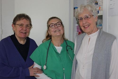 Edith Neil dans son cabinet et deux autres bénévoles qui s'occupent de l'accueil/crédit Gyotis Delsart