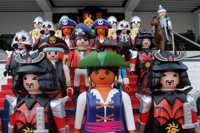 Des reproductions géantes de Lego sur les marches du Palais. (Crédit photo : Lhadi Messaouden)
