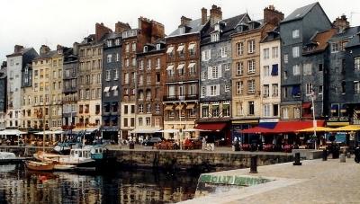 À Honfleur, le petit bassin amène un nombre de touristes conséquent. Un des enjeux de la campagne est la cohabitation entre résidents et touristes (Crédit photo : D.R.)