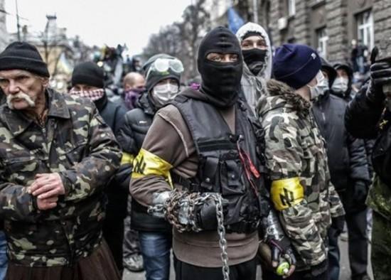 Les ultranationalistes ukrainiens, reconnaissables à leur brassard. (crédit photo: Dr)
