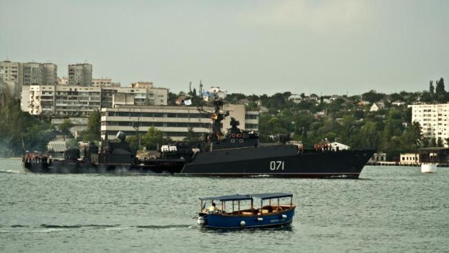 Un navire russe dans les eaux ukrainiennes, à Sebastopol. (crédit photo: L. Geslin- RFI)