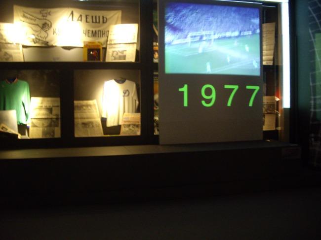 Les visiteurs revivent l'épopée verte en Ligue des Champions. On peut aussi voir les poteaux carrés. (Crédit photo : Mathilde BRUN)