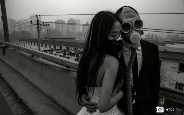 En Chine, certains jeunes mariés posent le visage recouvert d'un masque respiratoire. Crédit photo: HAP/ Quirky China News/ REX