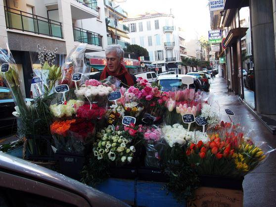 Christian et sa carriole fleurie, devenue mythique depuis déjà bien des années. (Crédit photo : Lara Pekez).