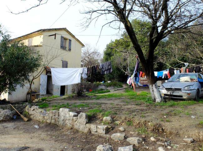 Vue extérieure du squat de Grasse. Crédit photo : César Prieto.