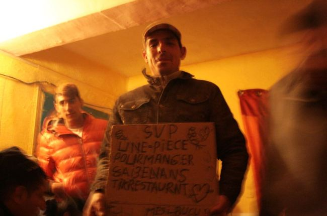 Stephan montre la pancarte avec laquelle il fait la manche. Crédit Photo : Nicolas Richen