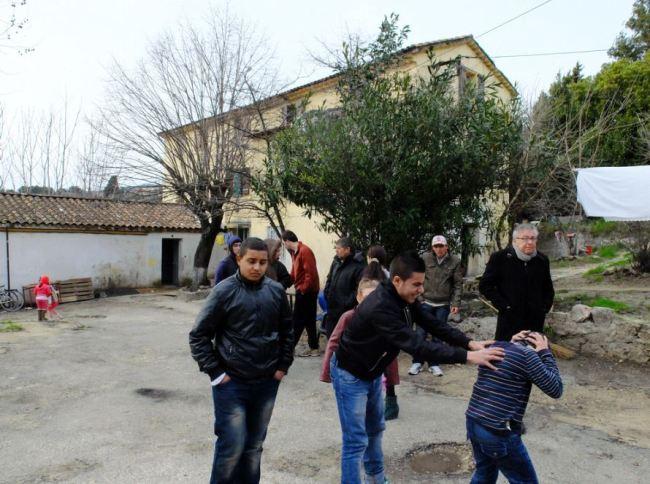 La plupart des enfants du squat ne sont pas scolarisés. Crédit photo : César Prieto.