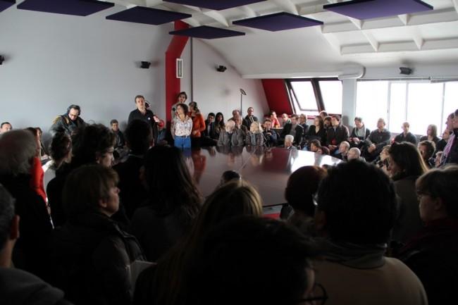 Dans la salle du « hublot », on se presse pour pouvoir entendre la discussion. (Crédit photo: E.Patricio)